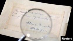 Salah satu tulisan tangan Albert Einstein yang terjual di rumah lelang di Yerusalem, Maret tahun ini (foto: ilustrasi).