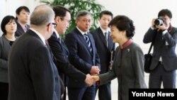 박근혜 한국 대통령이 26일 청와대에서 열린 주한 외교사절 접견에서 바키셰프 카자흐스탄 대사와 악수하고 있다.