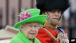 Ratu Elizabeth II dan Pangeran Philip dalam sebuah parade di Istana Buckingham, London (11/6). (AP/Tim Ireland)