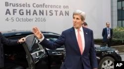 존 케리 미 국무장관이 5일 벨기에 수도 브뤼셀 '아프가니스탄 지원 각료급회의' 현장에 도착하면서 손을 흔들고 있다. 유럽연합(EU)과 아프간 정부 공동 주관으로 전날부터 진행중인 이번 회의는 70여개국이 참가, 현재 아프간 정세를 짚어보고 대책을 논의하는 자리다.