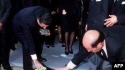 Hakimiyyətdən devrilmiş İran şahının oğli Əlirza Pəhləvi 31 yaşlı bacısının dəfn mərasimində iştirak edərkən - 16 iyul 2001-ci il