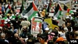 Warga Palestina melakukan unjuk rasa memperingati 'Hari Malapetaka' berdirinya negara Israel (13/5).