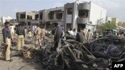 Nhân viên an ninh Pakistan tại hiện trường vụ đánh bom ở Karachi, ngày 19/9/2011