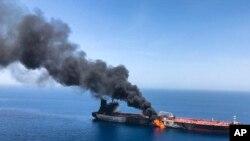 호르무즈해협 인근 오만해에서 13일 유조선이 한 척이 폭발한 후 불에 타고 있다.