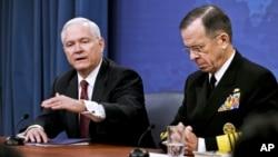 Le secrétaire à la Défense, Robert Gates, et le chef d'état-major interarmes, lors d'une conférence de presse le 6 janvier 2011