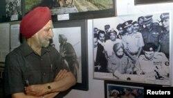 بھارتی فوج کے ریٹائرڈ جنرل جگجیت سنگھ اروڑا ڈھاکہ کے ایک میوزیم میں 16 دسمبر 1971 کو لی گئی وہ تصویر دیکھ رہے ہیں جس میں پاکستان کے فوجی افسر اے کے نیازی جنرل اروڑا کے سامنے ہتھیار ڈالنے کے معاہدے پر دستخط کر رہے ہیں۔ (فائل فوٹو)