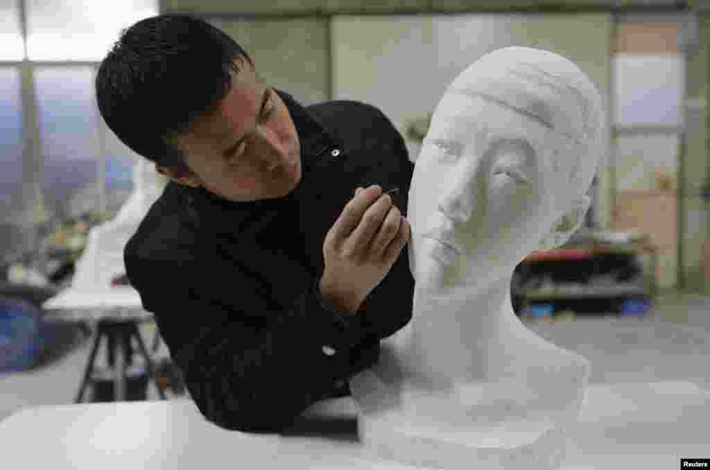 چین کے فنکار لی ہونگبو سخت پتھر یا سرامکس سے نہیں بلکہ کاغذ کے ٹکڑوں سے مجسمے تیار کرتے ہیں۔