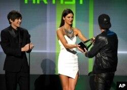 اهدای جایزه بهترین هنرمند موسیقی الکترونیک به آویچی - سال ۲۰۱۳