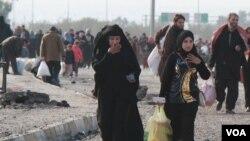 Warga terpaksa meninggalkan rumah mereka untuk menghindari pertempuran di Mosul, Irak, 14 Januari 2017. (H. Murdock/VOA).