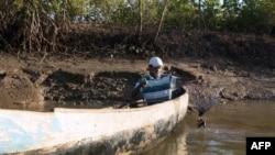 Clément Joseph Rabenabdreasana attrape des crabes dans la mangrove près du village de Beanjavilo, à l'ouest de Madagascar, le 24 avril 2018.