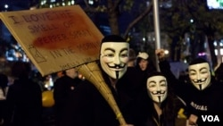 Pengunjuk rasa Occupy Wall Street dalam perayaan Halloween Oktober lalu, menggunakan topeng yang sekarang diasosiasikan sebagai kelompok peretas 'Anonymous' (Foto: dok).