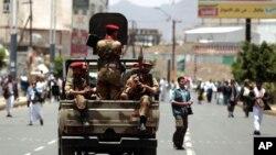 د یمن جمهور رئیس سعودي ته تللی او مظاهره چیانو پر ارګ برید کړی