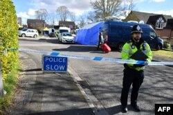 러시아의 전직 이중간첩 세르게이 스크리팔이 딸과 함께 의식을 잃은 채 발견된 솔즈베리 공원 인근을 지난 3월 영국 경찰이 통제하고 있다.