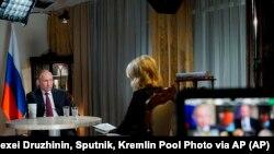Rusiya prezidenti Vladimir Putin NBC tele-şirkətinin jurnalisti Meqan Kelli ilə müsahibə zamanı