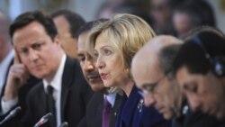 هیلری کلینتون، وزیر امورخارجه آمریکا در حال صحبت در کنفرانس لندن در مورد لیبی که با حضور نمایندگان چهل کشور و هیئت های بین المللی برگزار شد- ۲۹ مارس ۲۰۱۱