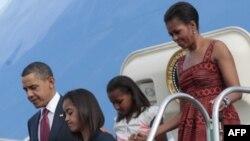 Барак Обама с семьей спускается с трапа самолета в аэропорту Бразилиа.