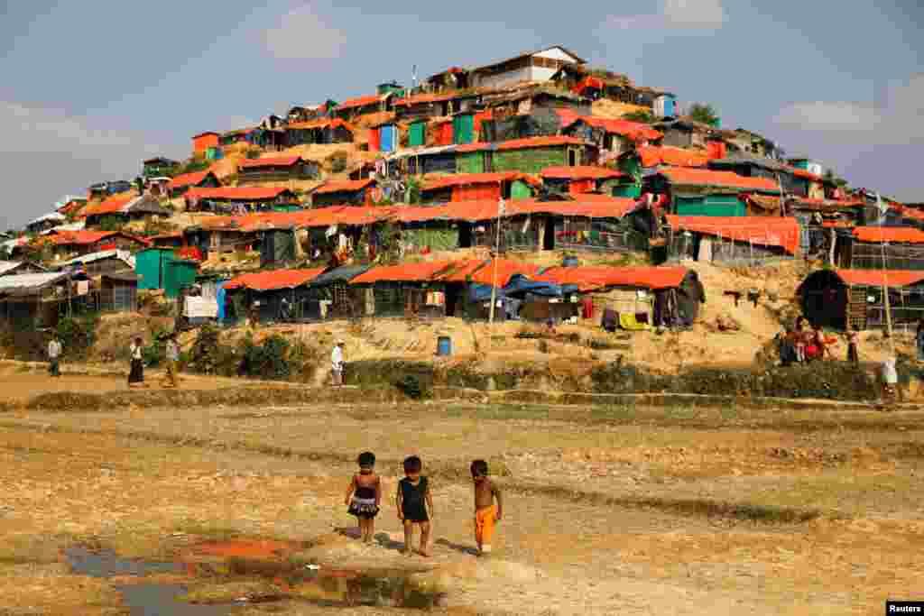 بازی کردن کودکان آواره روهینگیایی در اردوگاه پناهندگان در بنگلادش