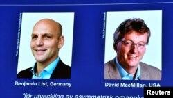 Las fotos de los ganadores del Premio Nobel de Química, Benjamin List y David MacMillan, aparecen en una pantalla de la Real Academia de Ciencias de Suecia el 6 de octubre de 2021.