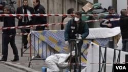 Polisi Perancis memeriksa lokasi penembakan di sebuah sekolah Yahudi di kota Toulouse, Perancis selatan (19/3).