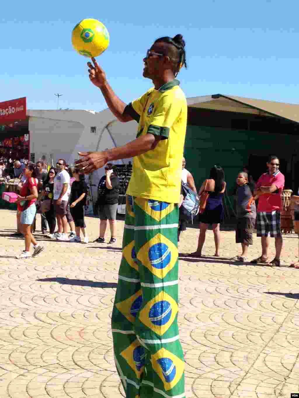 A World Cup fan in Brasilia, Brazil, June 22, 2014. (Nicolas Pinault/VOA)