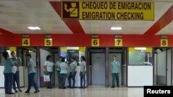 Durante décadas a los cubanos se les prohibió poseer un pasaporte y salir y entrar a la isla sin un permiso especial.