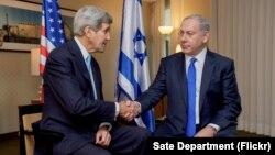 美国国务卿克里(左)和以色列总理内塔尼亚胡在德国柏林会晤后握手(2015年10月22日)
