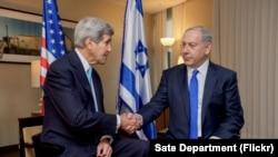 Američki državni sekretar Džon Keri rukuje se sa izraelskim premijerom Benjaminom Netanjahuom pred bilateralni sastanak u Berlinu, 22. oktobra 2015.