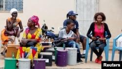Des bureaux de vote officiels sont ouverts au siège local de CEI (la commission électorale indépendente) à Serekunda, Gambie, le 29 novembre 2016.