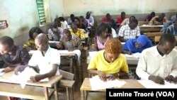 Des candidats en salle de composition, Ouagadougou, le 19 septembre 2019 (VOA/Lamine Traoré)