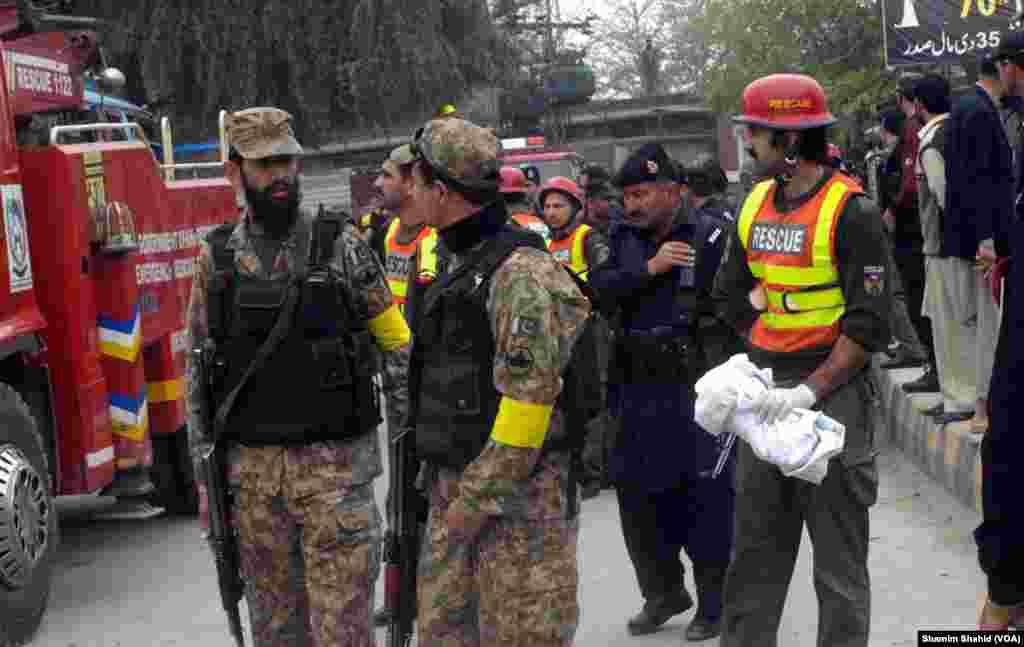 دھماکے کے بعد سکیورٹی فورسز نے جائے وقوع کو گھیرے میں لے لیا۔