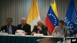 Pemerintah Venezuela dan oposisi melanjutkan pembicaraan yang bertujuan untuk meredakan konfrontasi politik di Caracas, Venezuela, Jumat malam (11/11). Dari kiri: Presiden Republik Dominika Leonel Fernande, utusan Vaatikan Uskup Claudio Maria Celli, mantan Presiden Kolombia Ernesto Samper dan PM Spanyol Jose Luis Rodriguez Zapatero.