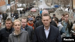 Russian opposition leader and anti-graft blogger Alexei Navalny walks with his wife Yulia after a court hearing, Kirov, April 17, 2013.