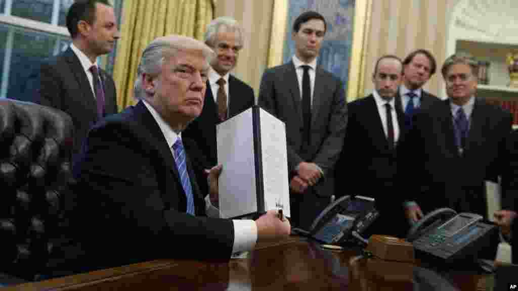 Donald Trump signe un décret interdisant le financement, par des fonds fédéraux, d'ONG internationales qui soutiennent l'avortement.