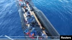 지난 3월 리비아 인근 지중해에서 난민들을 태웠던 고무보트가 표류하고 있다.