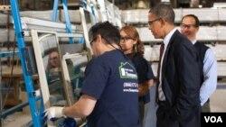 Presiden Obama mengunjungi sebuah pabrik pembuatan jendela, Thompson Creek Manufacturing, di Maryland (11/1).