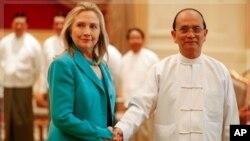 លោកស្រីរដ្ឋមន្ត្រីការបរទេសសហរដ្ឋអាមេរិក ហ៊ីឡារី គ្លីនតុន (Hillary Clinton) (ឆ្វេង) ចាប់ដៃជាមួយលោក ថេន សេន (Thein Sein) ប្រធានាធិបតីភូមា (មីយ៉ាន់ម៉ា) នៅក្នុងការជួបប្រជុំមួយនៅឯការិយាល័យប្រធានាធិបតីនៅរដ្ឋធានីណៃពិដោ (Naypyitaw) កាលពីថ្ង
