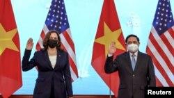 Phó Tổng thống Mỹ Kamala Harris hội kiến Thủ tướng Việt Nam Phạm Minh Chính trong một cuộc họp tại Văn phòng Chính phủ, ở Hà Nội, Việt Nam, ngày 25 tháng 8, 2021.