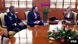 강경화 한국 외교부 장관(오른쪽)이 4일 서울 도렴동 외교부 청사에서 마크 내퍼 주한미국대사대리(가운데)와 빈센트 브룩스 주한미군사령관을 접견하고 있다.