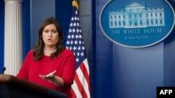 새라 허커비 샌더스 미국 백악관 대변인이 3일 정례브리핑에서 기자들의 질문에 답하고 있다.