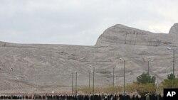 图为伊朗学生去年11月15日组成人墙,围住伊斯法罕的铀转化设施,支持伊朗核计划资料照