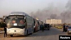 به گفته دیدبان حقوق بشر سوریه شورشیان غوطه شرقی همراه با خانواده هایشان روز سه شنبه با ۱۰۰ دستگاه اتوبوس آن منطقه را ترک کردند.