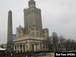 苏联文化影响和软力量象征。波兰华沙市中心的斯大林式建筑,华沙科学文化宫。(美国之音白桦拍摄)