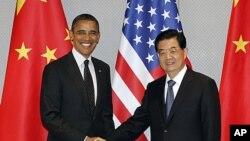 Rais Barack Obama akipeana mikono na rais Hu Jintao wa China ili kuanza mazungumzo ya pande mbili huko Seoul Korea Kusini.