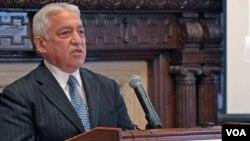 Abdulla Ho'ja, Turkiston-Amerika uyushmasi raisi elchixonada nutq so'zlamoqda, Vashington, 6-dekabr, 2012-yil.