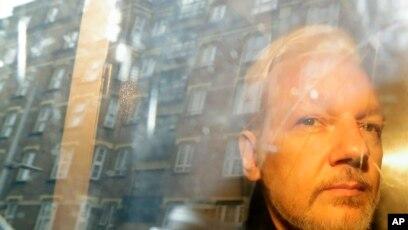 Julian Assange duke u transportuar për në gjykatë