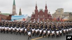 Diễu hành tại Quảng trường Đỏ ở Moscow trong dịp kỷ niệm 72 năm chiến thắng Đức quốc xã.