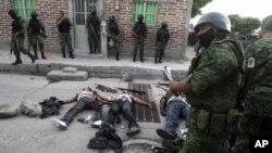 ທະຫານເມັກຊິໂກຢືນຍາມສົບຜູ້ຊາຍ 4 ຄົນທີ່ເມືອງ Yurecuaro ແຂວງ Michoacan ທີ່ຖືກຂ້າຕາຍເມື່ອວັນທີ 2 ຕຸລາຜ່ານມານີ້.