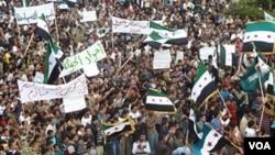 Demonstrasi menentang Presiden Suriah Bashar al-Assad yang berlangusng setelah sholat Jumat (28/10) di Hula, dekat Homs.