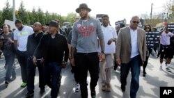 Carmelo Anthony, centro, marcha en protesta por la muerte de Freddie Gray, el jueves, en el centro de Baltimore.