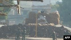 Binh sĩ Syria tại chốt kiểm soát quân sự ở Hula, gần Homs, Syria, ngày 4 tháng 11, 2011